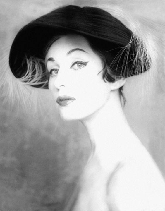 © Alberto Korda. Norka, 1958. Fotografía de portada de La Mujer suplemento del Diario de la Marina. Sombrero diseñado por Ginette Aussude. VEGAP, Madrid, 2015