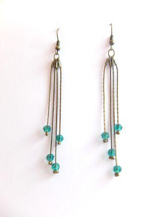 Boucles d'oreilles longues bronze chaîne serpentine et perles cristalswarovski vertes.  Chaque boucle d'oreilles est réalisée avec: - Des chaînes serpentines fine 1mm d'épa - 15958085