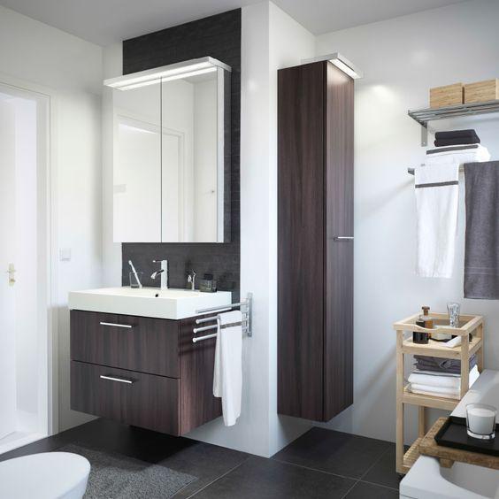 Salle de bain blanche avec meuble lavabo GODMORGON brun noir et desserte MOLGER en bouleau.