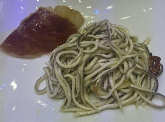 plato de gulas al ajillo con jamón de pato