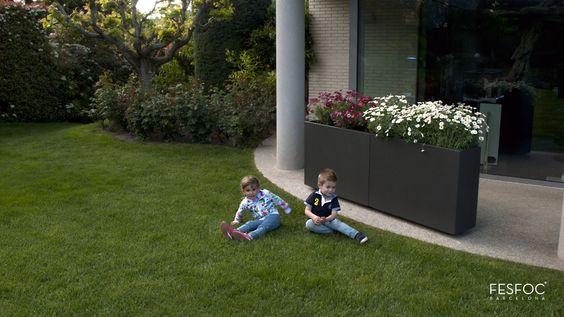 Espectacular macetero de acero inoxidable, perfecto para decorar tu jardín de la forma más sencilla y elegante posible.  #jardineras #maceteros #macetas #efecto #voladizo #decoración #impresionantes #diseño #lujo #jardín #terraza