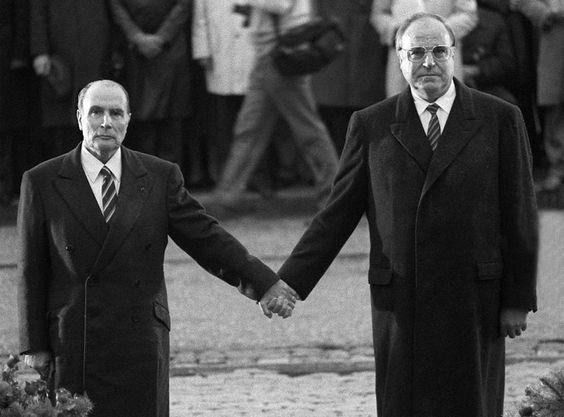 François Mitterand et Helmut Kohl dans le cimetière militaire de Douaumont, le 22 septembre 1984