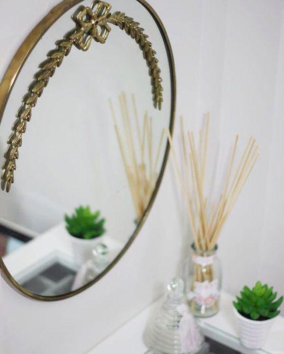 @tatianaazevedoarq Espelho vintage em quarto feminino.  #tatianaazevedo #bytatianaazevedo