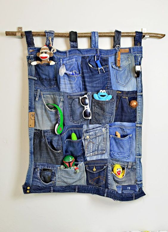 Upcycle your old jeans into this fabulous looking and really useful wall organiser.: