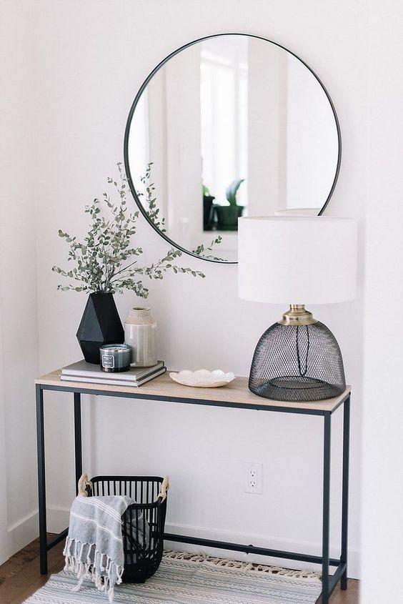Pour éclairer une petite entrée, rien de mieux qu'un grand miroir rond et pour ... #eclairer #entree #grand #mieux #miroir #petite #Minialisme