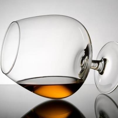 Sabia que o Cognac vem do vinho? Mais especificamente, é ele o produto da destilação de vinhos brancos, na maioria das vezes, da uva Ugni Blanc.     Ele só é considerado Cognac se for produzido na região de mesmo nome, na França, e sua principal característica é a complexidade aromática, adquirida durante anos de envelhecimento em barricas de carvalho francês.    E você, já provou um legítimo Cognac?