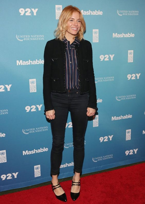Look Sienna Miller com blazer e calça jeans.