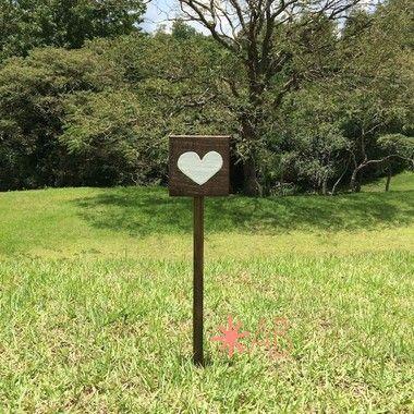 Placa mini quadradinho de madeira, com um coração pintado, para fincar no chão para casamentos e festas. O quadrado tem 12cm x 12cm e 55cm de altura.