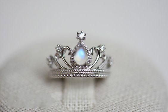 Mondstein blau Ring Regenbogen Krone Ring von LeLucernaireStudio