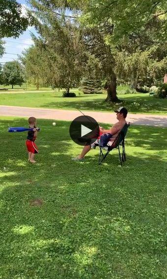 o pai amarrou a bolinha na vara de pescar e o menininho jogando