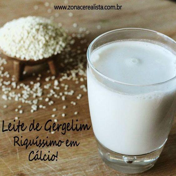 Ingredientes: 1 litro de água filtrada 3/4 xícara de gergelim descascado  Preparo: Deixe o gergelim de molho por pelo menos 4 horas. Bata no liquidificador com a água por alguns minutos e coe. Sirva-se! Dica: Para tornar o seu leite ainda mais nutritivo você pode misturar o leite de gergelim junto à outros tipos de leites vegetais, como o de quinua, arroz integral, amêndoas entre outros.