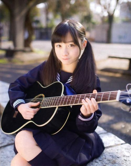 制服でギターを弾く橋本環奈