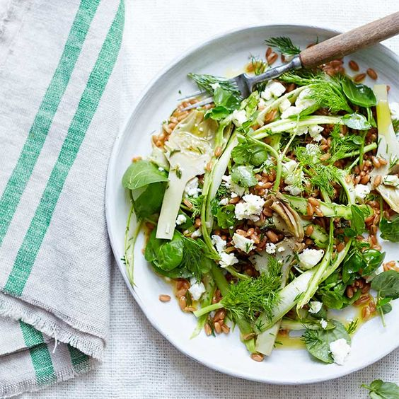 Als je geen tijd hebt om zelf artisjokken klaar te maken, kun je harten uit pot gebruiken. Als je heel jonge, zachte artisjokken hebt, hoef je ze alleen schoon te maken en fijn te snijden voor je ze door de salade schept – wrijf ze wel eerst met wat...