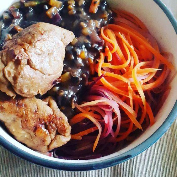 (English  )  #abendessen war echt sehr lecker! Bunte #karottennudeln mit einer braunen champignonsoße und #seitan . Seitan mag ja sehr umstritten sein weil es im Endeffekt ein weizenklops ist. Ich persönlich schätze den hohen #protein -gehalt von seitan mein Freund mag den Geschmack (manchmal finde ich es erschreckend dass es sehr wie Geflügel schmeckt). #spiralized carrots with brown sauce #mushrooms and seitan. #vegan #whatveganseat #veganwerdenwaslosdigga #veganprotein #veganzumtitan…