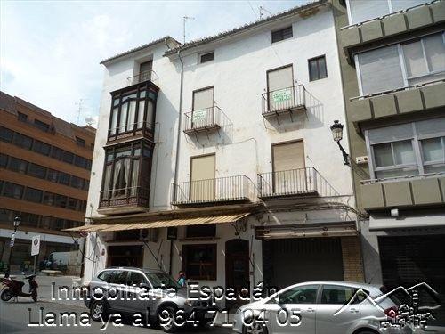 Alquiler piso amueblado en la calle Colón de Segorbe. Compuesto por 4 habitaciones, 3 cuartos de baño, salón comedor, cocina y terraza. Revisado para entrar a vivir. 250 € al mes