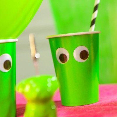 Ces gobelets rigolos en cartons vert fluo vont donner du peps à votre table! gobelets décorés de deux yeux permettant des mises en scènes amusantes!   Vous pourrez associer ces gobelets à nos articles fluo.