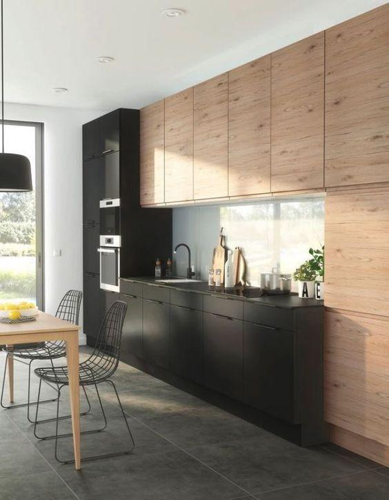Cette cuisine nous prouve que l'association bois et noir rime aussi avec originalité