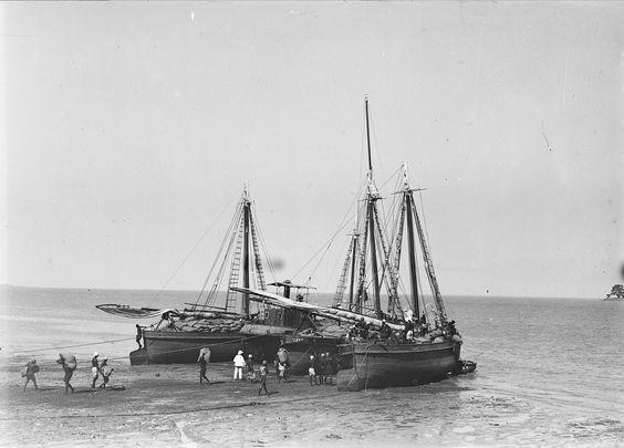 Porto marítimo. Barcos, descarregamentos e trabalhadores portuários. Fotografia sem data. Produzida durante a actividade do Estúdio Mário Novais: 1933-1983.  [CFT003.050394]