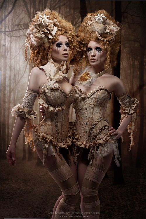 leydhen:    Victorian Dolls by =Ophelia-Overdose  Victorianas, victorianas… A ver si el corsé, porque esos pelos son rococós a muerte XDDD