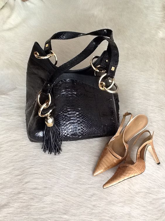 Bolsa modelo Saco em Python preto e Scarpin Chanel Python ouro, ambos Marché D'Arty