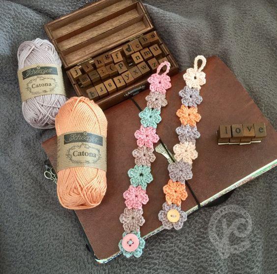 Kijk wat ik gevonden heb op Freubelweb.nl: een gratis haakpatroon van Jellina Creations om dit mooie bloemenarmbandje te maken https://www.freubelweb.nl/freubel-zelf/gratis-haakpatroon-bloemenarmbandje/:
