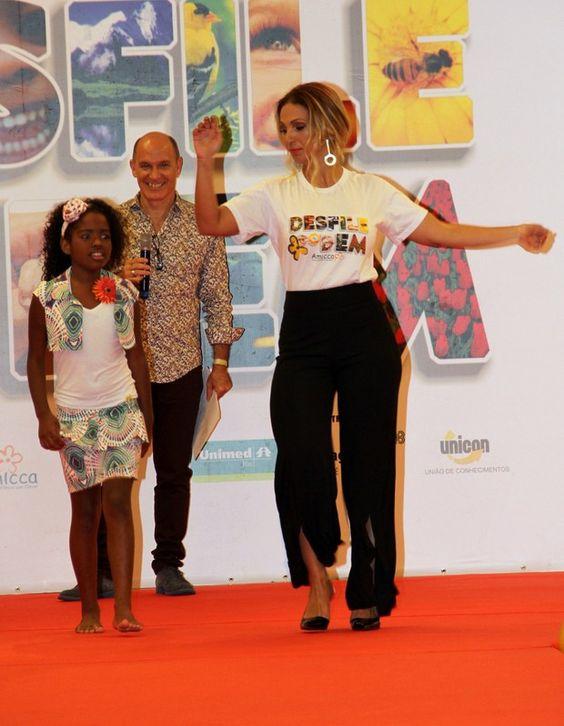 Valesca Popozuda dança durante desfile ao lado de menina (Foto: Cleomir Tavares / Divulgação)