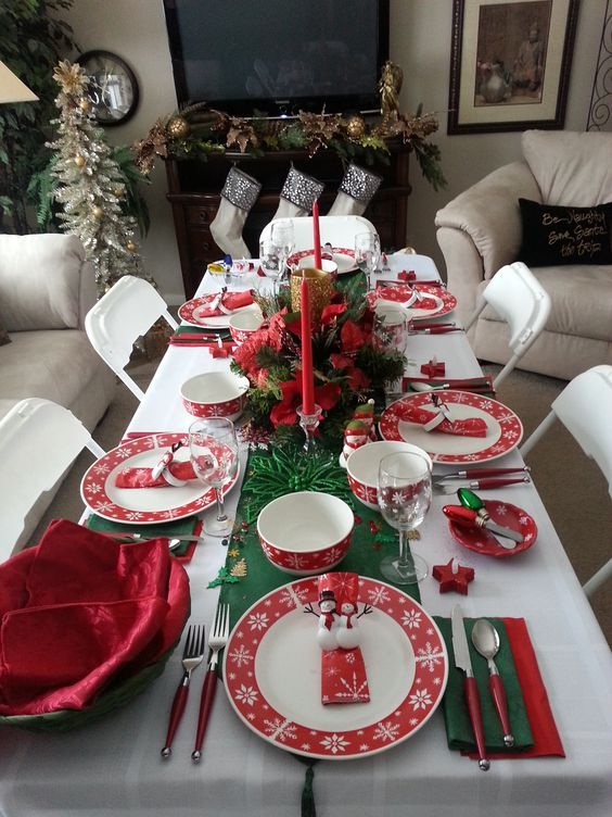 60 Best Christmas Table Decor Ideas For Christmas 2019 Where Traditions Meets Grandeur Christmas Table Decorations Table Decorations Decorating With Christmas Lights