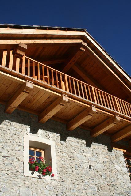 Casa di montagna. Particolare della facciata in pietra con la cornice in stucco tipica della valle. Case Canuto Bardonecchia