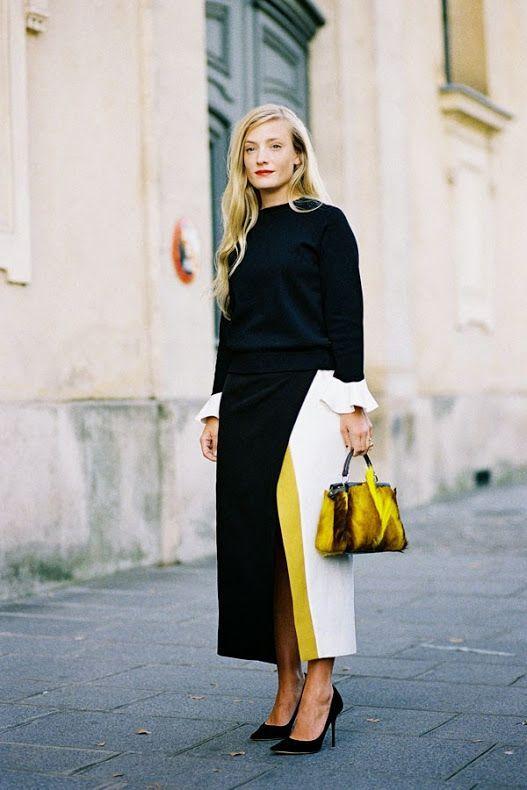 Look (quase) preto total com saia mídi statement com fenda e detalhes de cores em color blocking, inspiração street style