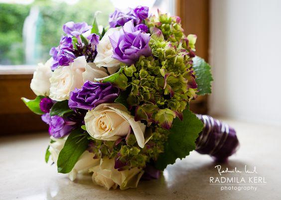 purple white wedding flower bridal bouquet by (c) radmila kerl wedding photography munich  lila weißer Brautstrauß auf der Fensterbank, dieses Blumenarrangement ist sehr gut für den Sommer oder Frühling geeignet von (c) Radmila Kerl Hochzeitsfotografie München