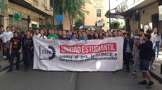 Cientos de estudiantes protestan por la calles del centro de Murcia  Las marchas contra la reforma educativa, el 3+2 y el pago de la deuda, convocadas en varios municipios, confluirán esta tarde en una manifestación por la Gran Vía de la capital.