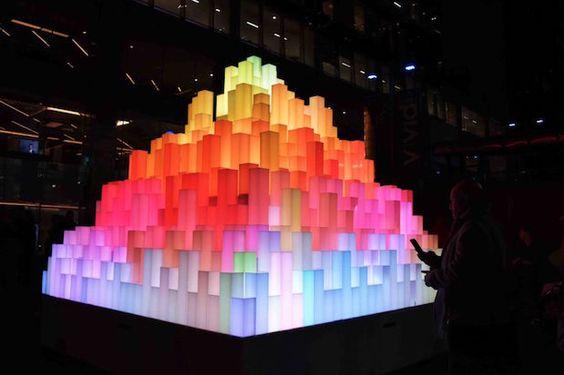 « Mountain of light» est une oeuvre artistique présentée à l'occasion du Festival de lumière « Vivid 2016 » à Sydney (Australie). Signée par Angus Muir (Angus Muir Design) cette réalisation est construite à partir d'une série de colonnes extrudés équipées de modules de Led RVB et assemblés dans la forme abstraite d'un volcan pouvant être vue à 360 degrés.