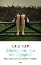 De Duitse psychiater Detlef Petry werkte vanaf de jaren zeventig tot aan zijn pensioen in 2009 in het psychiatrisch ziekenhuis Vijverdal in Maastricht. In deze kliniek verbleven zon 150 patiënten die door de reguliere psychiatrie waren opgegeven: zij werden platgespoten met medicijnen, belandden in de separeerkamer en werden vastgebonden.