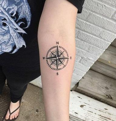 Pin En Tatuaje Brujula