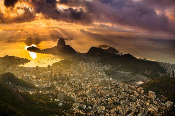 Raios ao amanhecer visto do Cristo Redentor, Rio de Janeiro.  Impressão FineArt - Dispersão de pigmento mineral sobre papel de a...