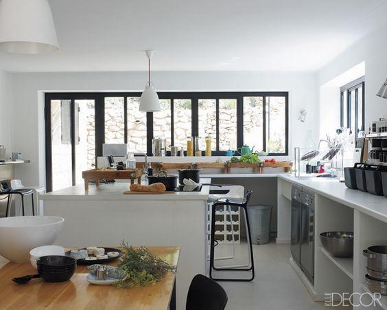 la maison d in s de la fressange cuisine familiale fen tre et garnitures noires blanches. Black Bedroom Furniture Sets. Home Design Ideas