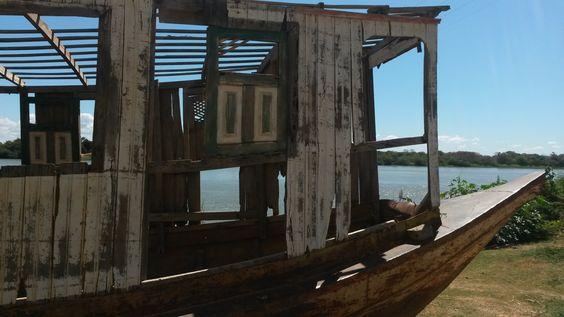 Restos de uma barcaça que navegava no Rio são Francisco- Pedras de Maria da Cruz-MG- Brasil