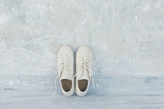 福岡を拠点に、重要無形文化財「久留米絣(かすり)」の企画販売をしている「GOOD WEAVER」が、久留米の「ムーンスター」と作ったスニーカー「doek」。 ブランド名のdoekとは、オランダ語「織物」の意味で、さらに日本語の「ズック」の語源になったものから。