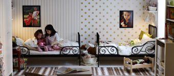 Gemeinsames Kinderzimmer mit ausziehbaren MINNEN Bettgestellen schwarzbraun, AGEN Kindersesseln aus Rattan, KRITTER Kindertisch weiß, EKBY H...