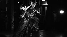 dramaticidade do corpo, o uso dos hastas (linguagem gestual das mãos) e um extenso repertório de expressões faciais, são utilizados para narrar visualmente um determinado tema literário. Esta etapa abrange o estudo mais importante e significativo da dança Odissi, onde o dançarino-ator é convidado a transcender a mera forma e a permitir entrar em contato …