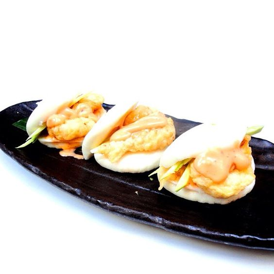 Warmer weather = time for new dishes!  Coated with crunchy batter, Chinese Crispy Prawn Buns are served with fresh green mango & our special chilli mayo! ( ˘ ³˘)♥