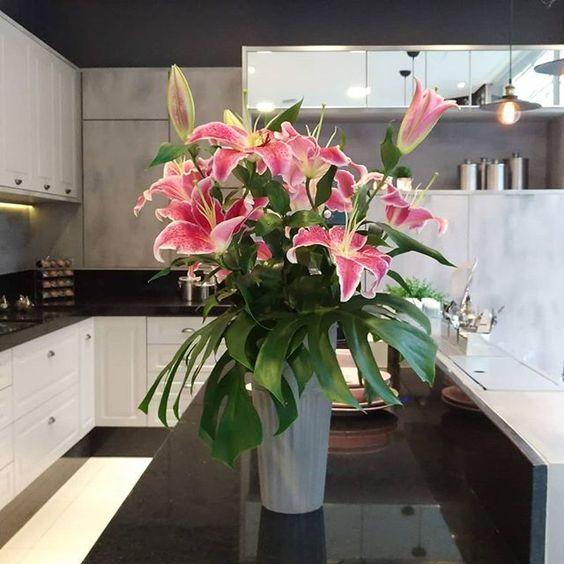 Arranjo Floral com Lírios e Costela de Adão #mfpaisagismofloral #floreria #eventoscorporativos #eventossp #decoraçãodeeventos #lirios #costeladeadão