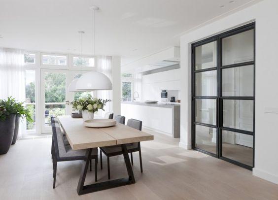 Houten tafel stalen poten & witte keuken met beton & houten vloer ...