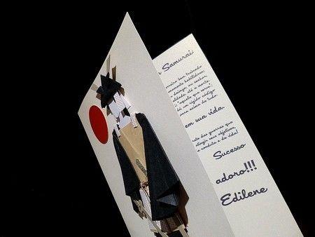 Cartão SAMURAI com armadura e texto.