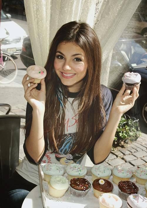 Celebrities Posing With Sweets : theBERRY