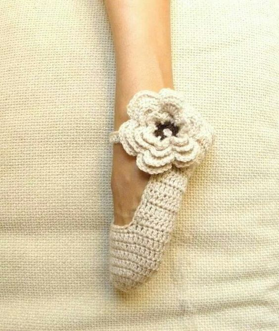 Mary Jane slippers with flower Pattern(!): http://shrsl.com/?~67js  #crochet #pattern #crochetersanonymous