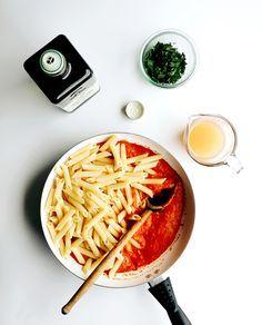 Pasta con salsa de tomates, pimentones y cebolla.