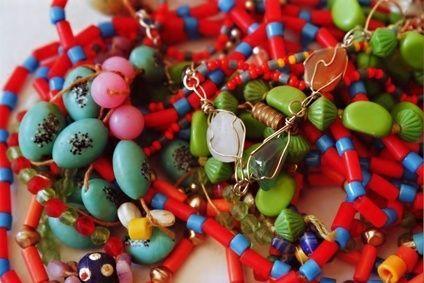 How to Make Your Own Glass Beaded Garden Sparklers: Diy Beads, Gardening Ideas, Garden Crafts, Glass Beads, Beaded Jewelry, Glass Buttonbeaded, Garden Sparklers