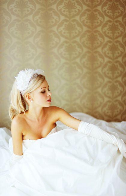 ボリュームのあるAラインはシルクタフタを贅沢に使用。控えめなゴールドのビジューレースが華やかでスタイリッシュな印象に