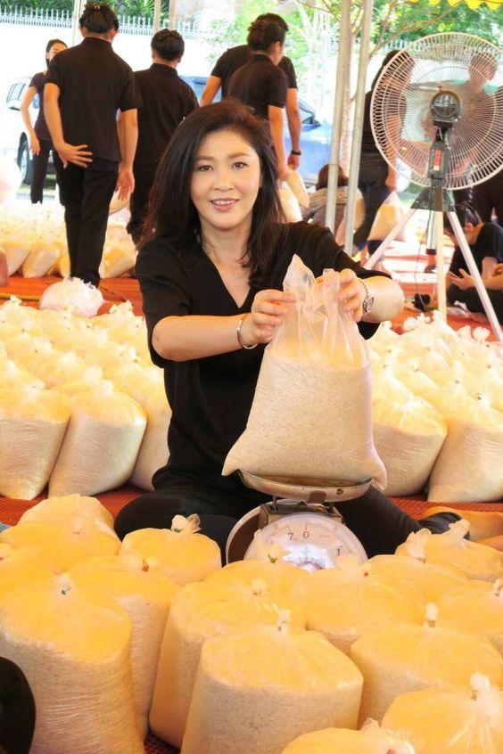 """. อุดหนุนซื้อจากชาวนา นำมาช่วยขาย เก็บไว้ทานเอง ๒ Yingluck Shinawatra . """"ค่ะ ต้องขอบอกว่า หอมจริง ๆ"""" ๔ ขอขอบคุณสำหรับจิตอาสา และพี่น้องชาวนาเคารพยิ่ง สองแคว พิษณุโลก ไม่ทอดทิ้ง ที่ร่วมแรงร่วมใจจริงร่วมแรงกาย ๕ ที่ร่วมแรงร่วมใจกันมาช่วย บรรจุข้าวใส่ถุงสวยช่วยเตรียมขาย วันพรุ่งนี้ กับชาวนา อีกหลายราย จากอีสานร่วมเดินสายขายจุนเจือ ๖ อุบลฯ อำนาจเจริญ ดำเนินเฮ็ด 'สารคาม ร้อยเอ็ด เฮ็ดสิ่งที่เชื่อ และ สุรินทร์ หอมมะลิผลิพันธุ์เชื้อ ที่ทำเพื่อซัพพลายปรับรับดีมานด์ ๗ จะทำให้ราคาข้าวช"""